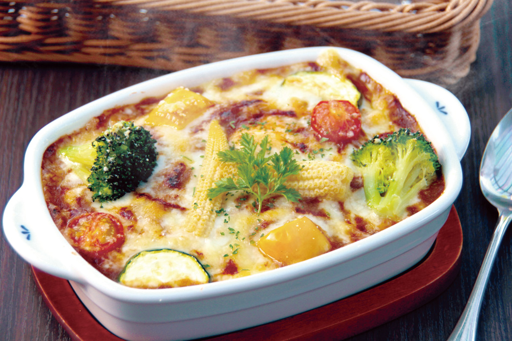 lunch-grilled-curry ベジタブル焼きカレー 当店オリジナルの焼きカレーに彩り鮮やかな野菜をトッピングしました。熱々のとろけたチーズと共にお召し上がり下さい。