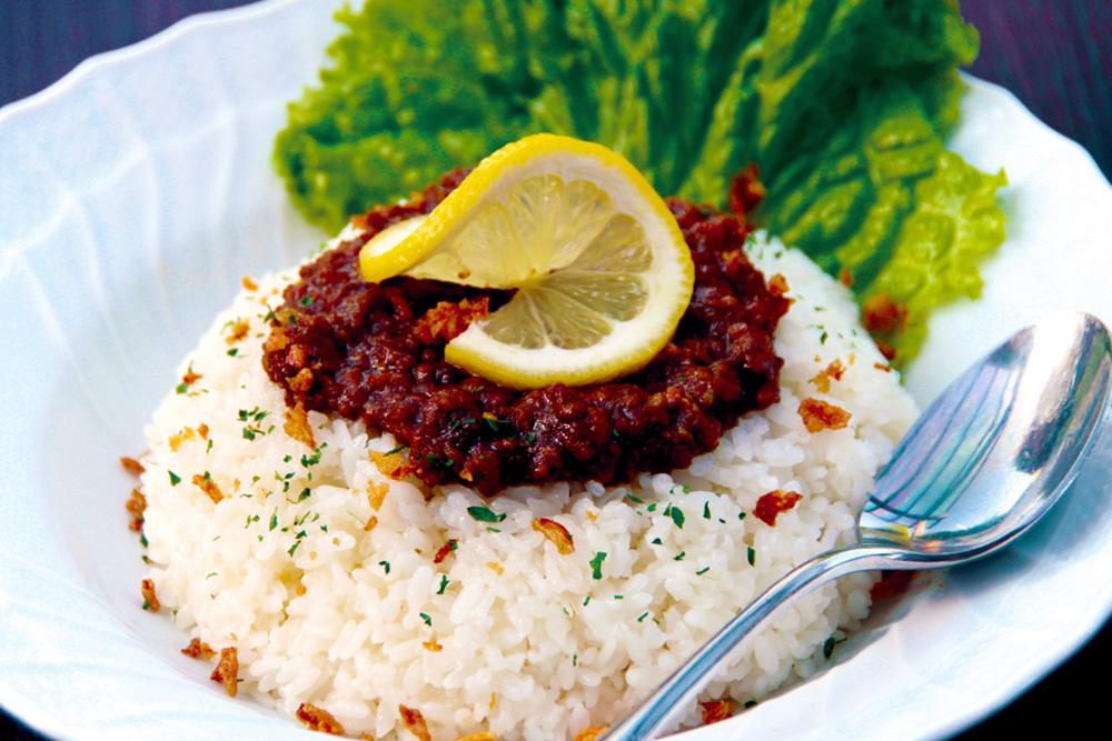 lunch-keema-curry 大山のキーマカレー 数種類のスパイスを使い手間と時間をかけて仕込んだキーマカレーです。レモンを絞って食べると爽やかさがプラスされ、より美味しくお召し上がり頂けます。
