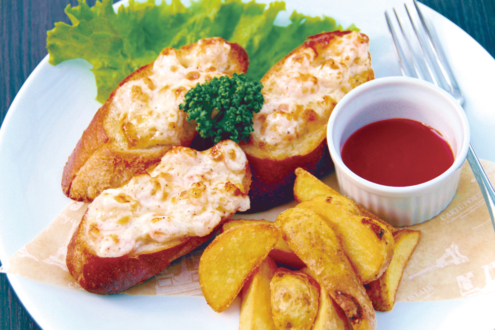 lunch-shrimp-bread 海老パン ぷりぷりの海老の食感とガーリックバケットが食欲をそそる当店自慢の一押しメニューです。