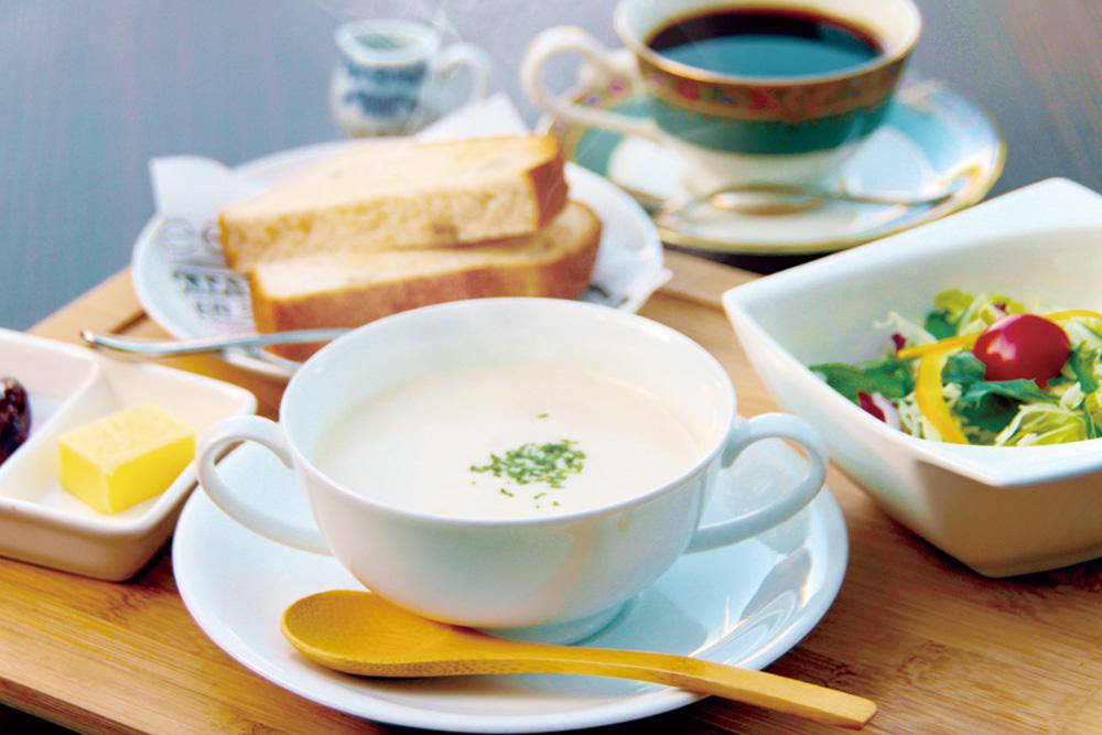 morning-clam-chowder ボストン風クラムチャウダーモーニング アサリが入ったクリーミーなボストン風クラムチャウダーとくるみ食パンのモーニングです。