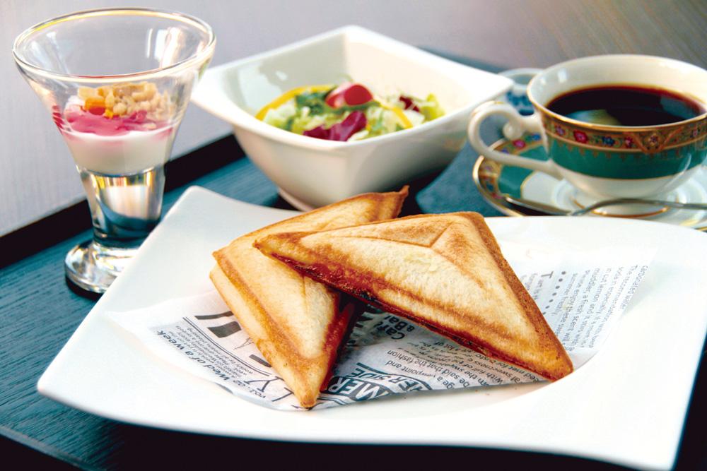morning-hotsand ホットサンドモーニング チーズ、ツナ、オニオン、ねぎをマヨネーズで味付けした最高の組み合わせでお楽しみください。