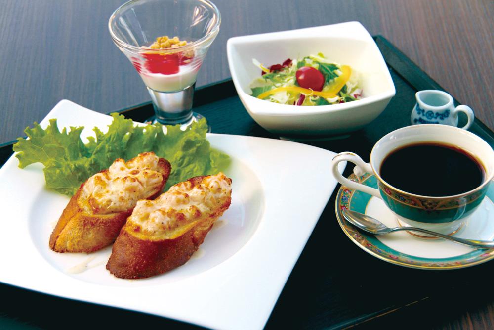 morning-shrimp-bread 海老パンモーニング ガーリックバケットにぷりぷりの海老をのせた、当店自慢のオリジナルモーニングです。ミニサラダ、ヨーグルト付き。