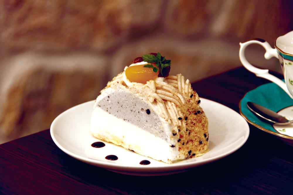 大阪堺市大美野の喫茶店「大山珈琲」黒ごまときな粉のケーキ